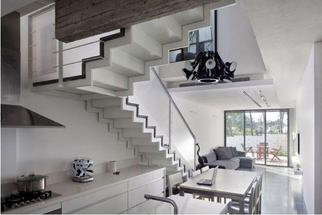 Mẫu thiết kế tủ bếp tiện lợi dưới gầm cầu thang cho nhà phố hẹp