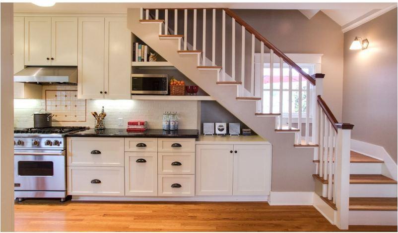 Tủ bếp dưới cầu thang được thiết kế theo phong cách hiện đại tiện nghi