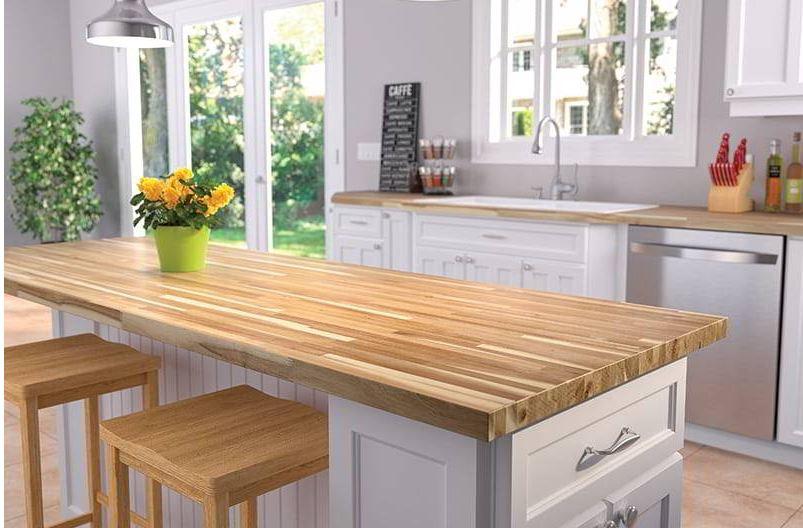 Mẫu tủ bếp gia đình được làm từ chất liệu gỗ cao su ghép thanh
