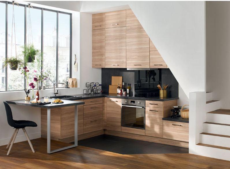 mẫu tủ bếp hiện đại làm từ gỗ xoan đào thiết kế dưới gầm cầu thang nhỏ gọn