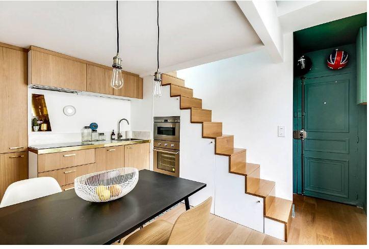 Mẫu tủ bếp hiện đại thiết kế dưới gầm cầu thang làm từ chất liệu gỗ công nghiệp