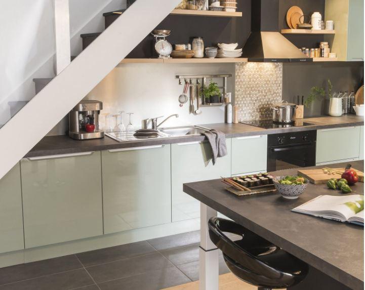 Thiết kế tủ bếp dưới gầm cầu thang làm từ nhựa tổng hợp và đá nhựa Solid Surface