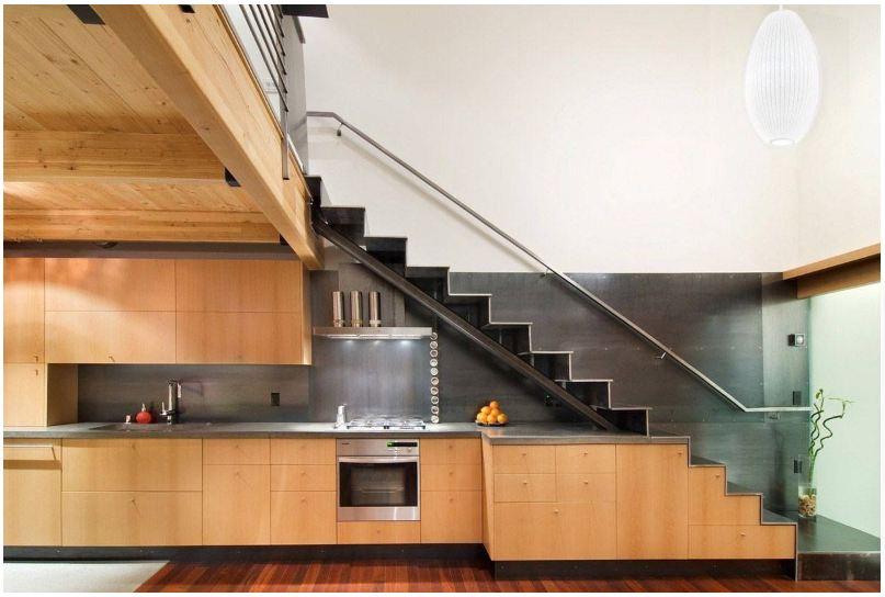 Tủ bếp gầm cầu thang làm từ chất liệu nhựa giả gỗ màu sắc nhẹ nhàng