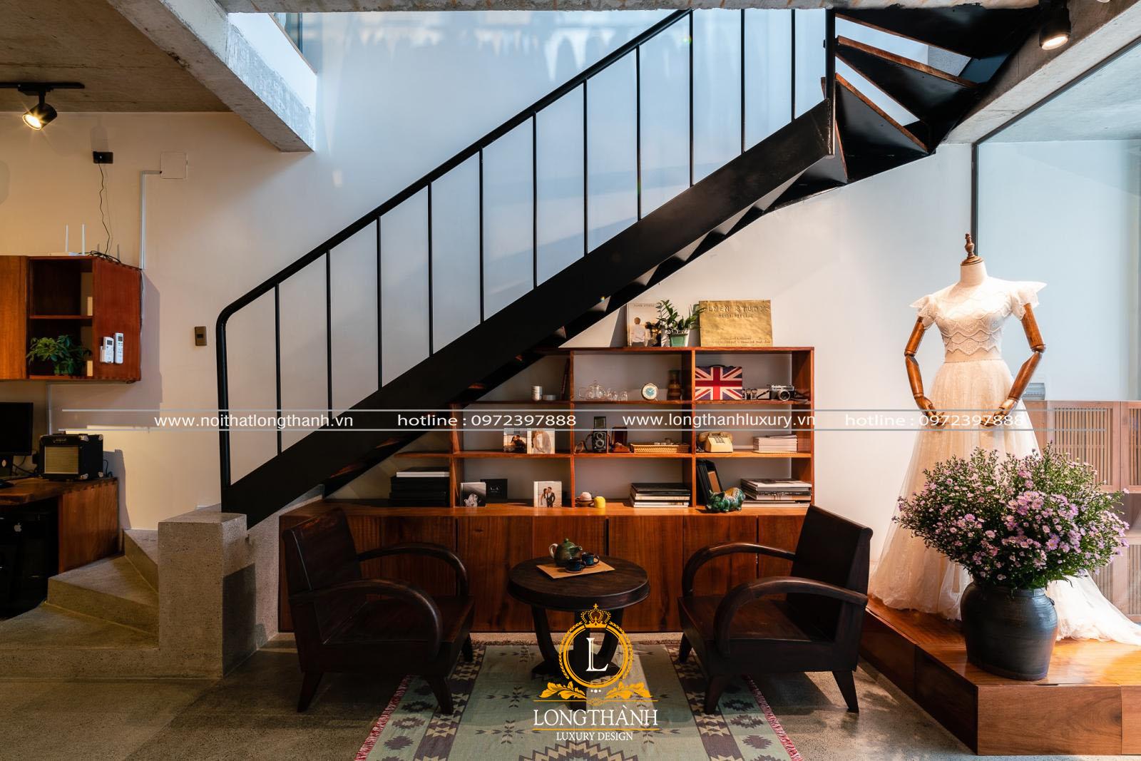 Tủ trang trí trí được sử dụng để tận dụng tối đa vị trí gầm cầu thang