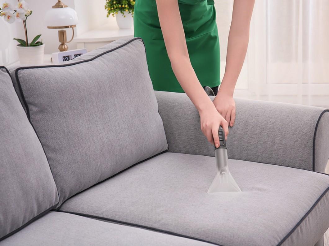 Thực hiện vệ sinh bàn ghế sofa tùy thuộc vào chất liệu của từng sản phẩm