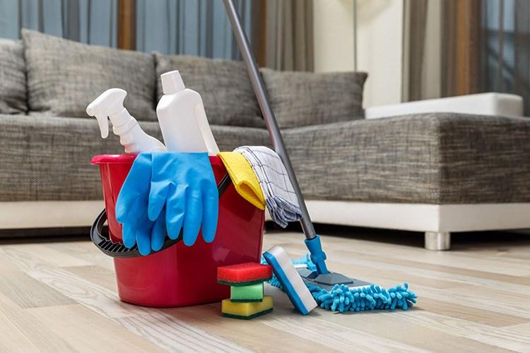 Thực hiện vệ sinh sofa vải nỉ bằng các dụng cụ vệ sinh chuyên dụng