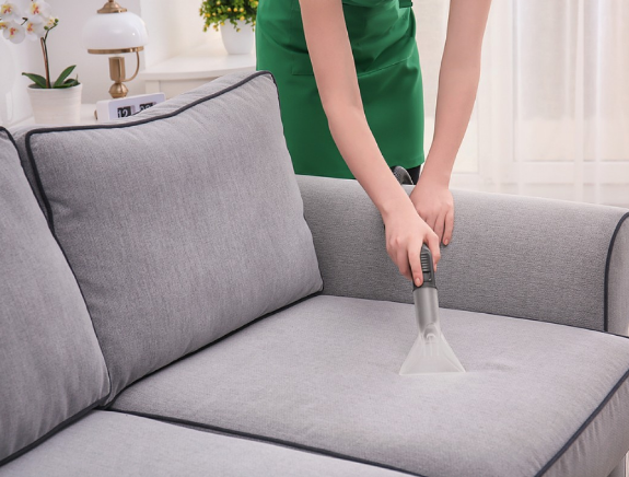Vệ sinh sofa nỉ bằng máy hút bụi