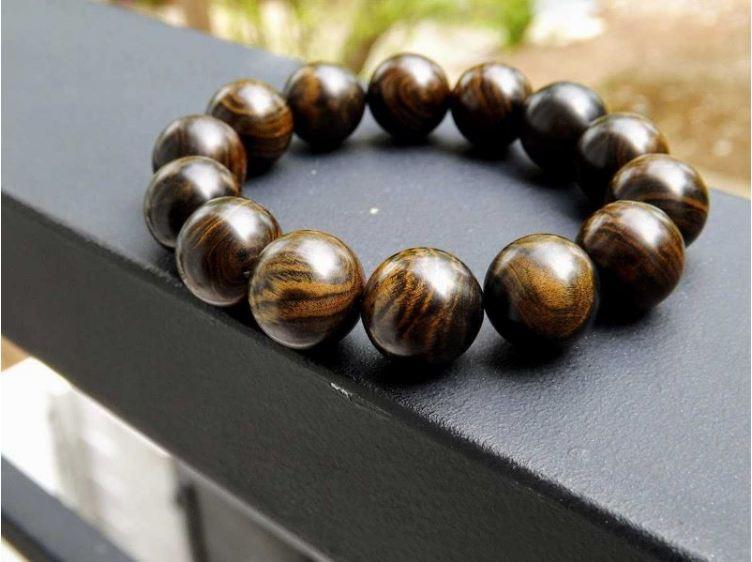 Vòng đeo tay làm từ gỗ mun vừa đẹp vừa mang tính phong thủy
